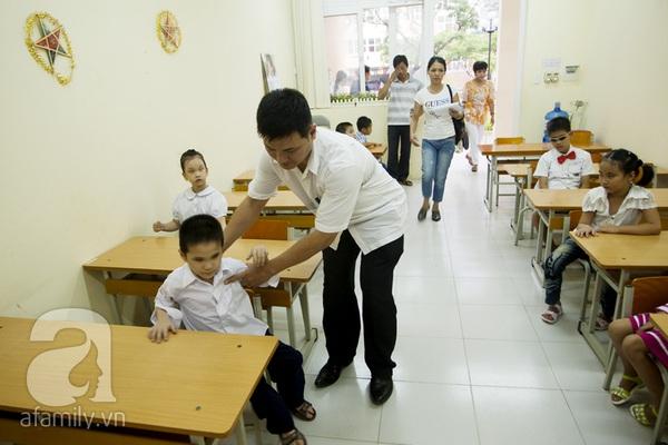 Xúc động ngày đầu tiên đi học của các bé khiếm thị  15