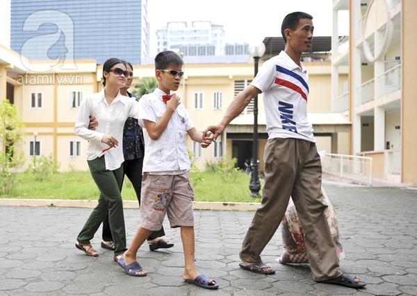 Xúc động ngày đầu tiên đi học của các bé khiếm thị  21