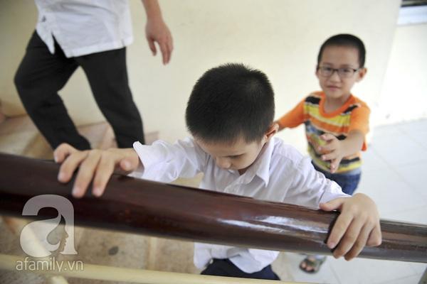 Xúc động ngày đầu tiên đi học của các bé khiếm thị  22