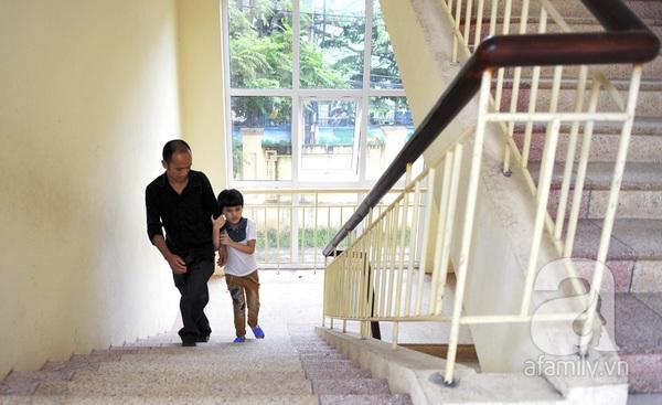 Xúc động ngày đầu tiên đi học của các bé khiếm thị  24