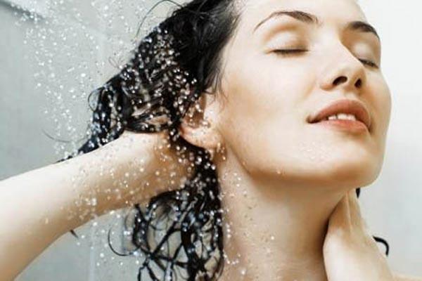 Bí quyết chăm sóc tóc khi đi mưa về 2