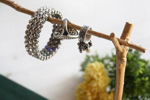 Tự chế giá treo đồ trang sức từ cành cây khô 12