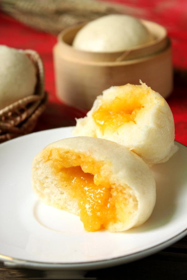 Bánh bao nhân trứng muối đậm đà lạ miệng 1