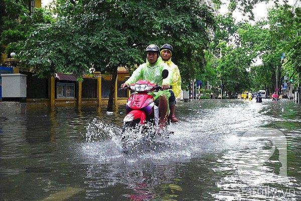 Hà Nội ngập nặng sau trận mưa trắng trời 10