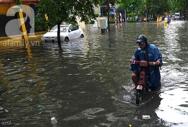 Hà Nội ngập nặng sau trận mưa trắng trời 11