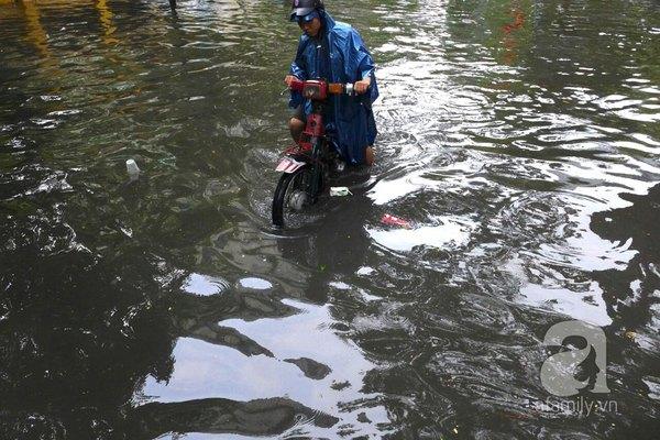 Hà Nội ngập nặng sau trận mưa trắng trời 12