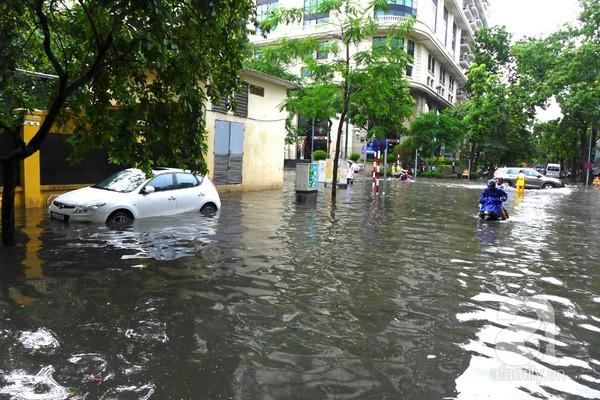 Hà Nội ngập nặng sau trận mưa trắng trời 14