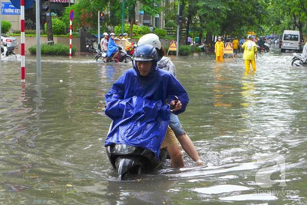 Hà Nội ngập nặng sau trận mưa trắng trời 15