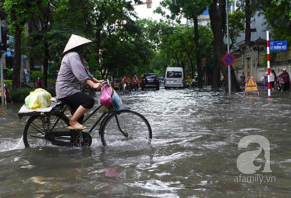 Hà Nội ngập nặng sau trận mưa trắng trời 17