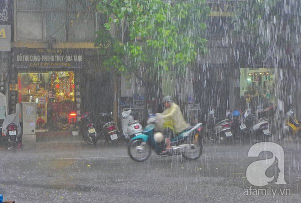 Hà Nội ngập nặng sau trận mưa trắng trời 6