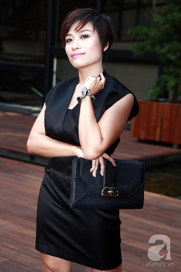 Bạn nhảy tình cảm nâng váy cho Angela Phương Trinh 11