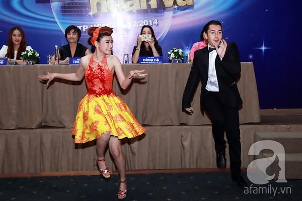 Bạn nhảy tình cảm nâng váy cho Angela Phương Trinh 18
