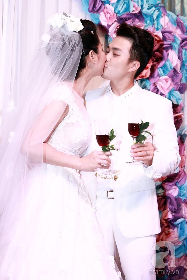 Lê Khánh hôn chú rể đắm đuối trong tiệc cưới vào ngày cuối