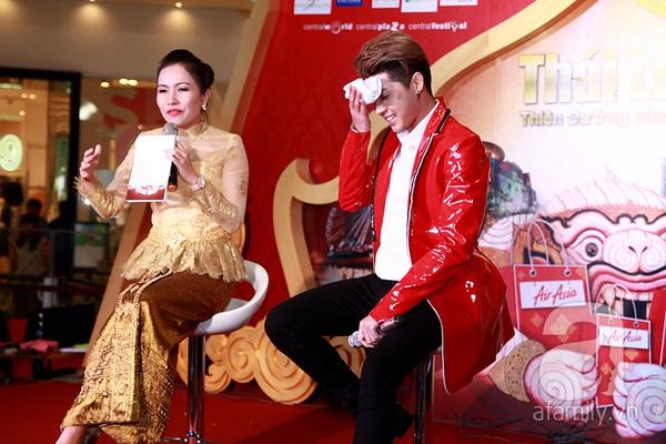 Noo Phước Thịnh mướt mồ hôi quậy cùng fan
