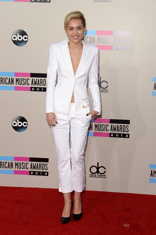 Hai bố con Miley Cyrus thu hút sự chú ý trên thảm đỏ AMAs 1