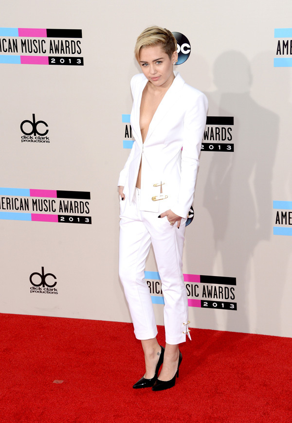 Hai bố con Miley Cyrus thu hút sự chú ý trên thảm đỏ AMAs 2