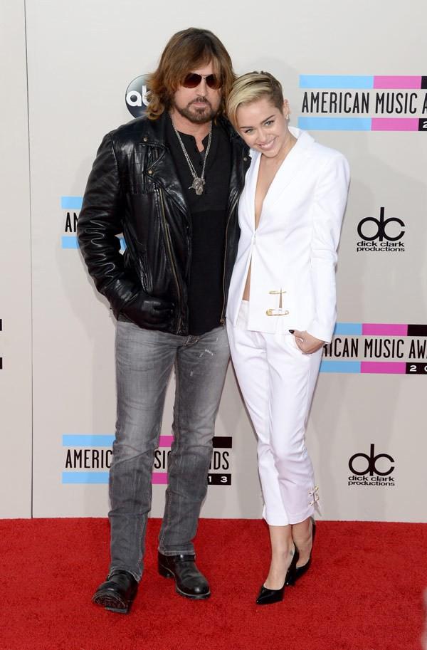 Hai bố con Miley Cyrus thu hút sự chú ý trên thảm đỏ AMAs 3
