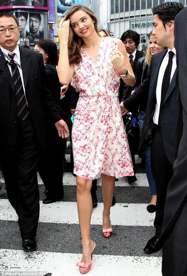 Miranda Kerr lộ mặt và cánh tay lấm tấm mụn 1