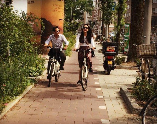 Bằng Kiều trẻ trung đạp xe bên tình mới 1