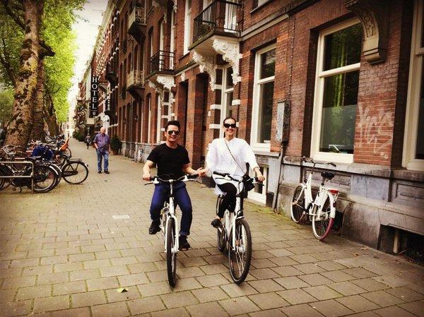 Bằng Kiều trẻ trung đạp xe bên tình mới 2