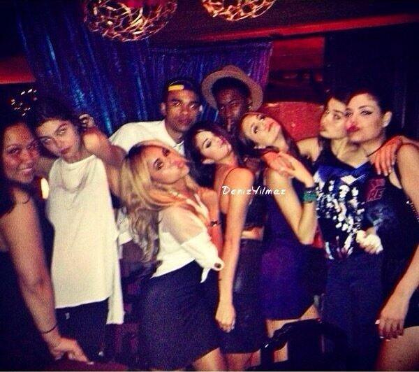 Selena Gomez đắm đuối bên người lạ