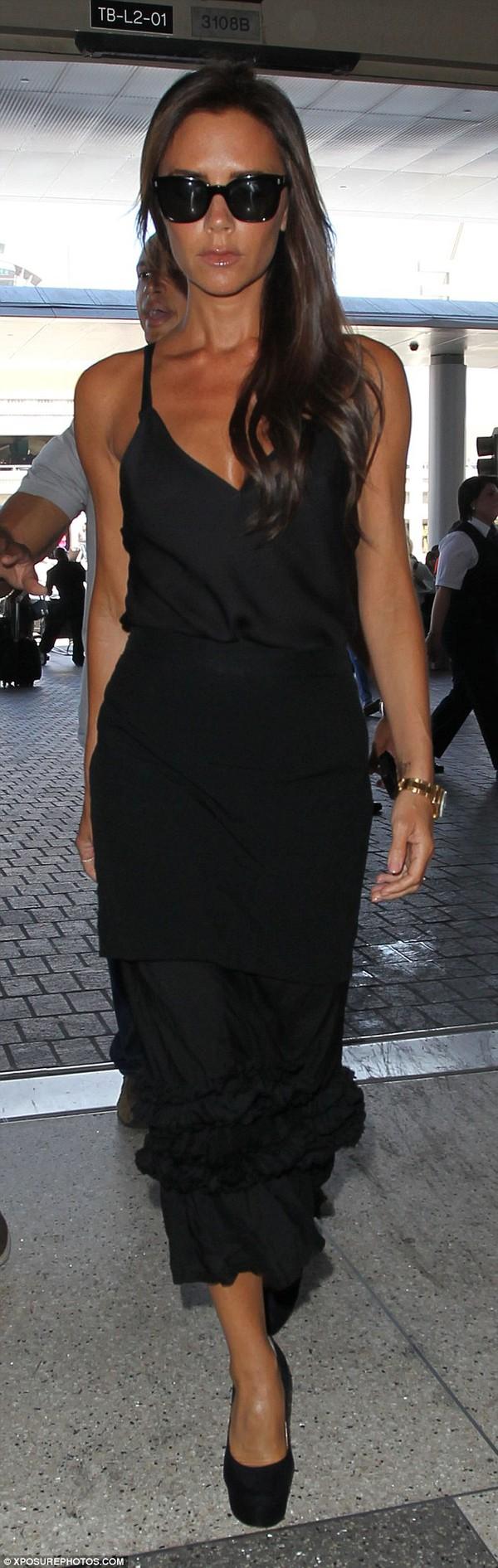 """Victoria Beckham diện """"cây"""" đen lẻ bóng ở sân bay 1"""