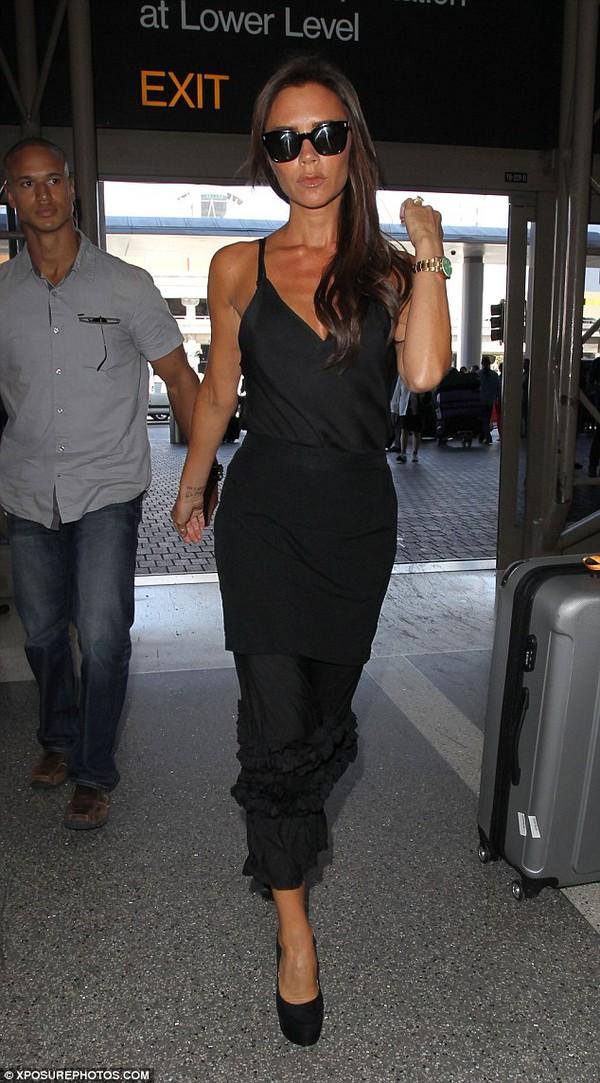 """Victoria Beckham diện """"cây"""" đen lẻ bóng ở sân bay 3"""