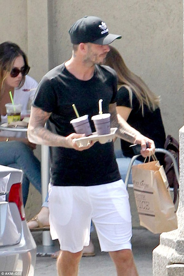 """Victoria Beckham diện """"cây"""" đen lẻ bóng ở sân bay 5"""