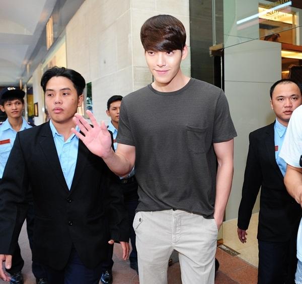 Kim Woo Bin cực điển trai trong buổi quay đầu tiên ở Việt Nam 1