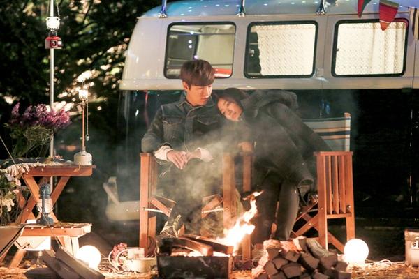 Park Shin Hye tựa đầu tình tứ trên vai Lee Min Ho 1