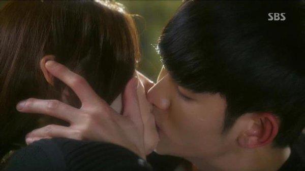 Kim Soo Hyun bất ngờ hôn Jun Ji Hyun đắm đuối 2