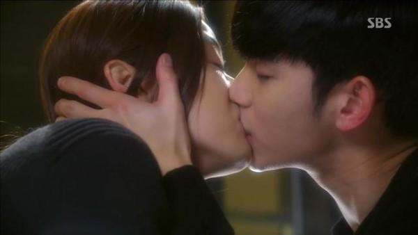 Kim Soo Hyun bất ngờ hôn Jun Ji Hyun đắm đuối 3