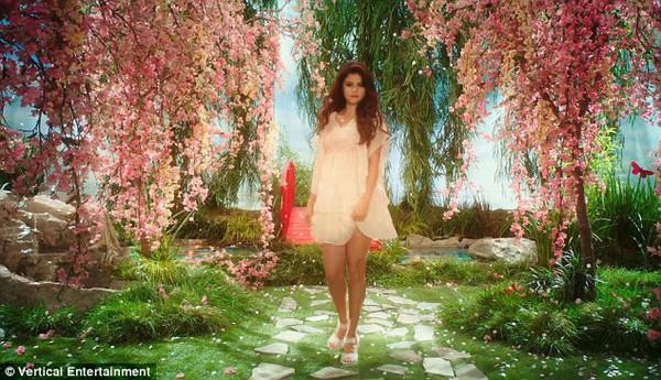 Selena Gomez bị cảnh sát còng tay bắt giữ 4