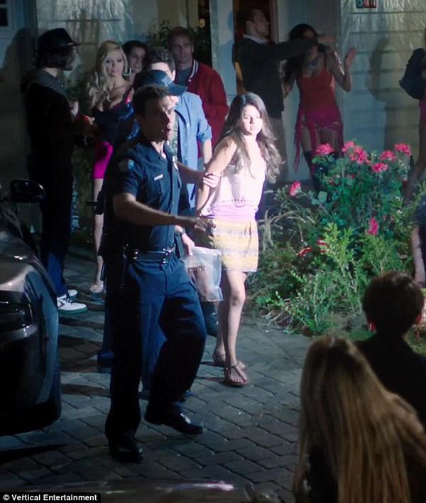 Selena Gomez bị cảnh sát còng tay bắt giữ 1