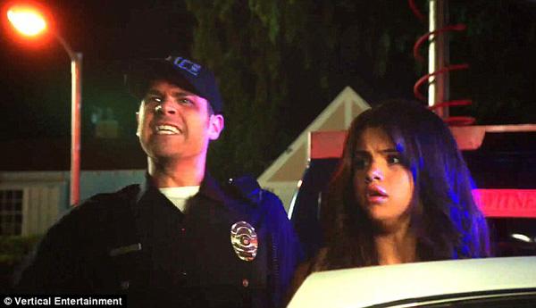 Selena Gomez bị cảnh sát còng tay bắt giữ 2