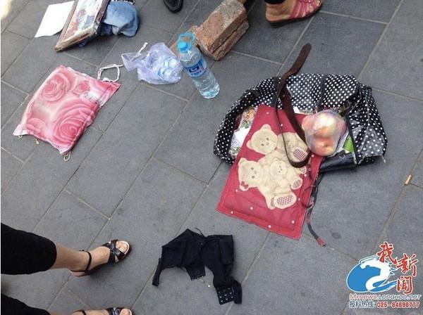 Tự lột đồ ở chốn công cộng để đòi quyền lợi cho người chồng quá cố 2