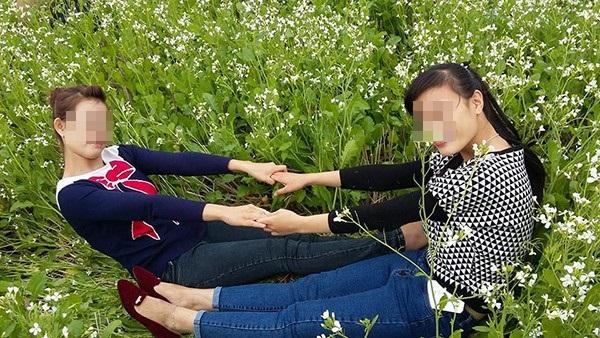 Hình ảnh dẫm đạp lên vườn cải trắng tạo dáng chụp ảnh gây bức xúc 3