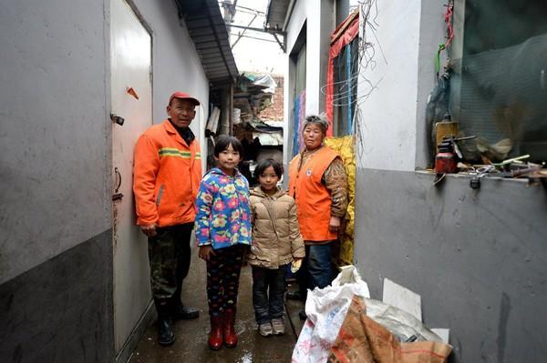 Cuộc sống của bé gái không được đến trường, phải theo ông bà đi quét rác 1