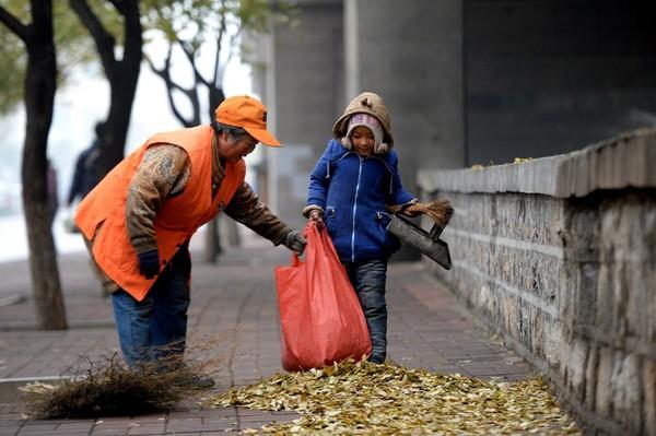 Cuộc sống của bé gái không được đến trường, phải theo ông bà đi quét rác 7