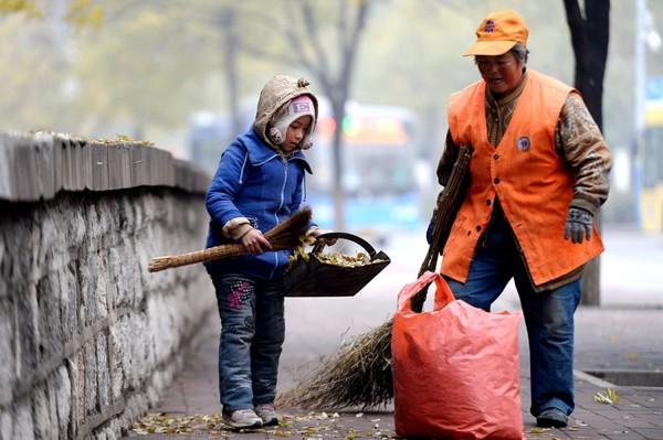 Cuộc sống của bé gái không được đến trường, phải theo ông bà đi quét rác 5