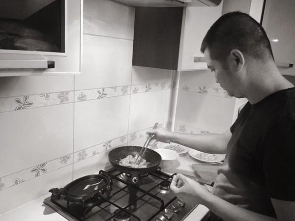 chồng nấu ăn cho vợ