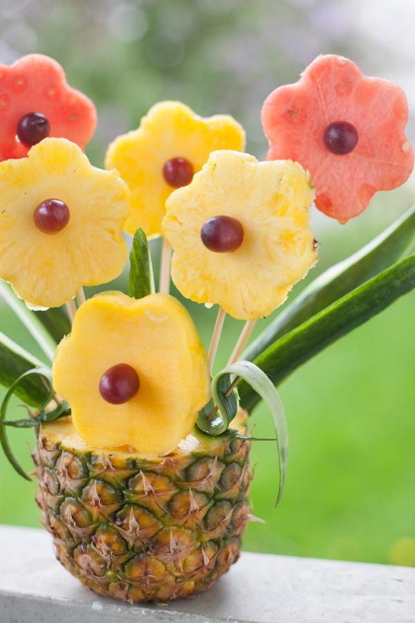Cách cực dễ giúp chị em cắt tỉa trái cây thành bình hoa  1