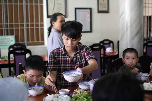Hồ Quỳnh Hương tất bật vào bếp nấu ăn cho các em nhỏ 10