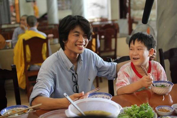 Hồ Quỳnh Hương tất bật vào bếp nấu ăn cho các em nhỏ 12