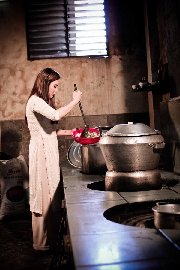 Hồ Quỳnh Hương tất bật vào bếp nấu ăn cho các em nhỏ 3