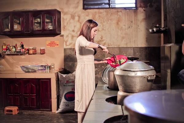 Hồ Quỳnh Hương tất bật vào bếp nấu ăn cho các em nhỏ 4