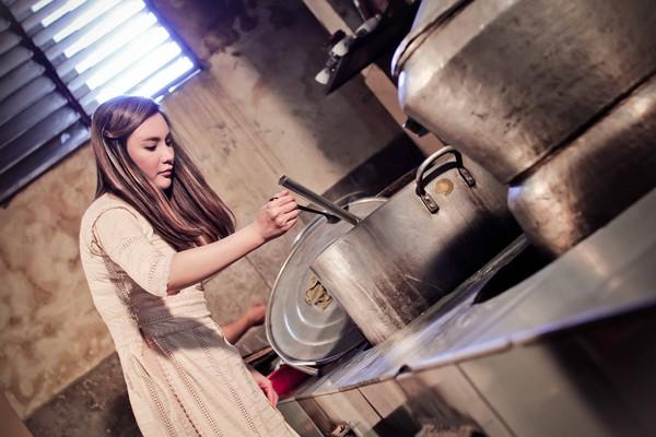 Hồ Quỳnh Hương tất bật vào bếp nấu ăn cho các em nhỏ 5