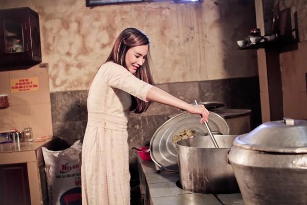 Hồ Quỳnh Hương tất bật vào bếp nấu ăn cho các em nhỏ 6