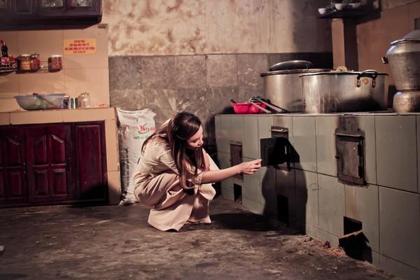 Hồ Quỳnh Hương tất bật vào bếp nấu ăn cho các em nhỏ 8