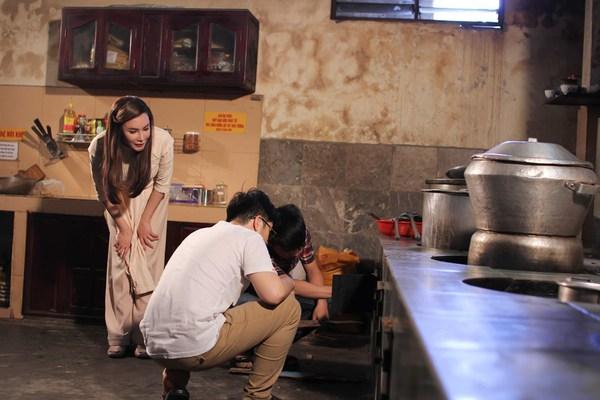 Hồ Quỳnh Hương tất bật vào bếp nấu ăn cho các em nhỏ 9